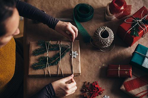 Cómo envolver un regalo de forma creativa: papel kraft natural y cuerda