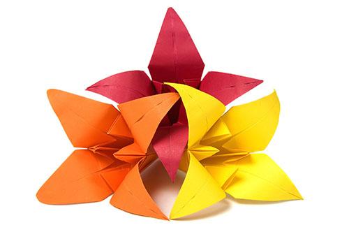 Cómo envolver un regalo de forma creativa: flores de origami