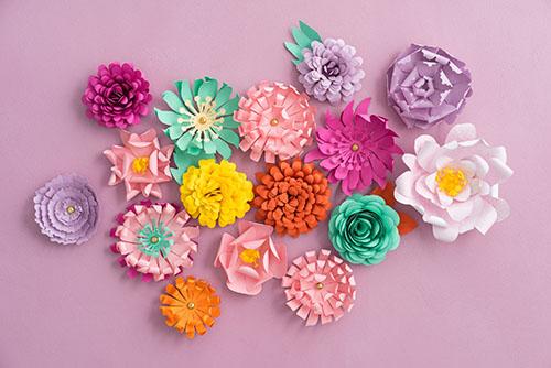 Cómo envolver un regalo de forma creativa: flores de papel