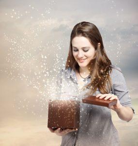 Chica abre una caja de cartón contenta con el packaging creativo