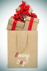 Paquetes de regalos en Boxing Day con una bolsa de papel kraft