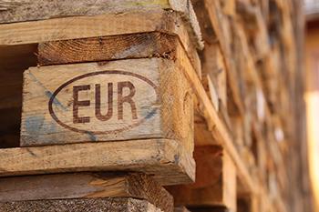 Palets de madera europeos apilados