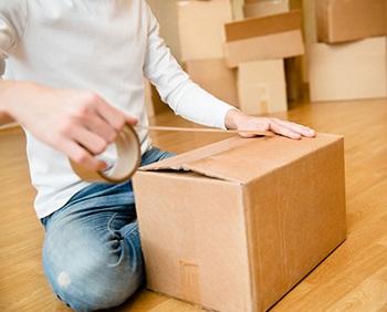 Aplicación de cinta adhesiva para el cierre de cajas de cartón