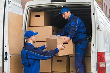 Proceso de colocación de mercancías en una furgoneta