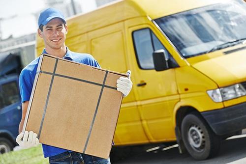Logística urbana en e-commerce: repartidor con un paquete