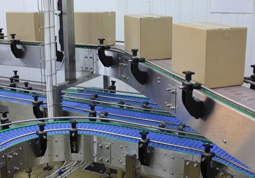 Cinta transportadora de cajas en el almacén para la automatización del embalaje